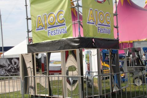 Les miroirs rieurs dans les festivals sont à la mode. Voici 16 miroirs rieurs au festival AJOC. Il y avait 3 miroirs rieurs au Festival 5D à Amsterdam le 10 septembre. 2011. Nous avons également fourni 50 miroirs rigolos pour la nuit des musées 2011. L'année prochaine, ils seront également sur Dolfin Rocks à Heiloo.