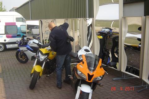 Moto 73 en action pour mettre les motos joliment dans l'image dans les rétroviseurs rieurs.