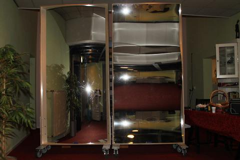 Sur demande spéciale, nous avons transformé des miroirs rigolos XXL en paravents mobiles.