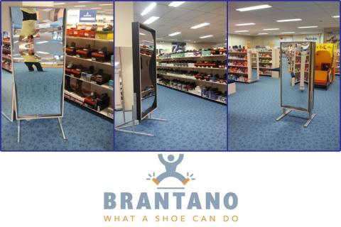 Action en magasin dans un magasin de chaussures. Le rire met le client de bonne humeur (d'achat)!