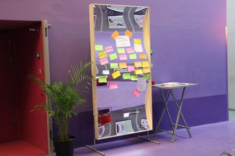 Un miroir (sourire) des possibilités. Lors d'une réunion de réseau, les visiteurs pouvaient poster leur requête de recherche sur le miroir XXL avec un post-it. Initiative très réussie!