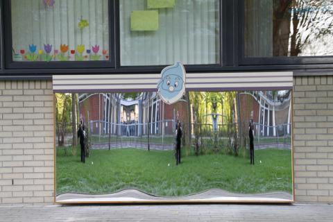 Crèche avec un miroir riant modèle Amsterdam XXL à l'extérieur.
