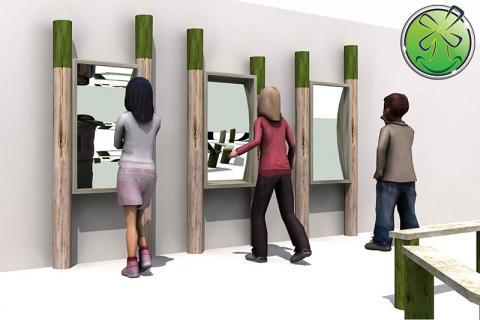 Bel arrangement de 3 miroirs déformants sur des poteaux en bois épais; Installation extérieure.