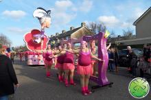 Le groupe de marche de l'association de carnaval Geval Apart de Zwaag avec nos miroirs souriants.