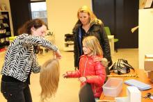 Explication sur la façon dont une perruque est faite au donneur Senna à St. Haarwensen.