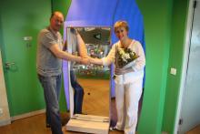 Ronald Kooij présente à Marijke Peer un joli miroir mobile pour le VU MC KINDERSTAD.